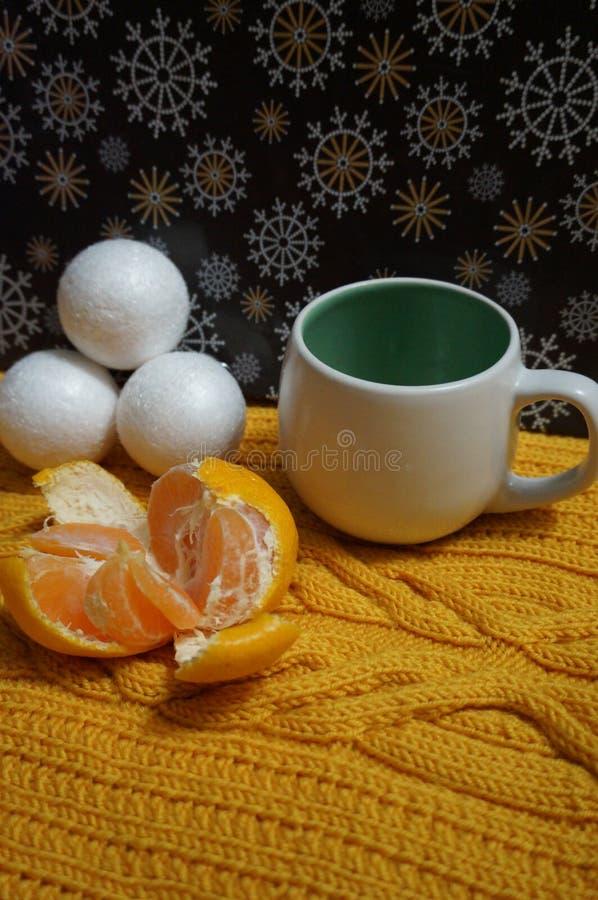 Kerstmisachtergrond met witte Ñ  omhoog en mandarijn royalty-vrije stock foto
