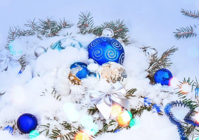 Kerstmisachtergrond met zilveren en blauwe snuisterijen stock foto's