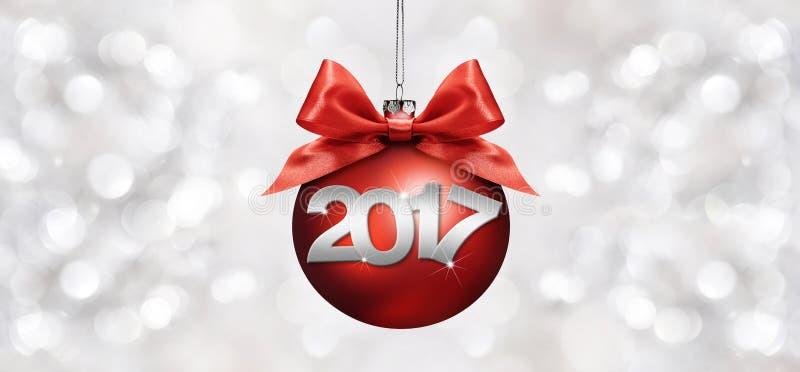 Kerstmisbal met de rode boog van het satijnlint en de tekst van 2017 op zilver royalty-vrije illustratie