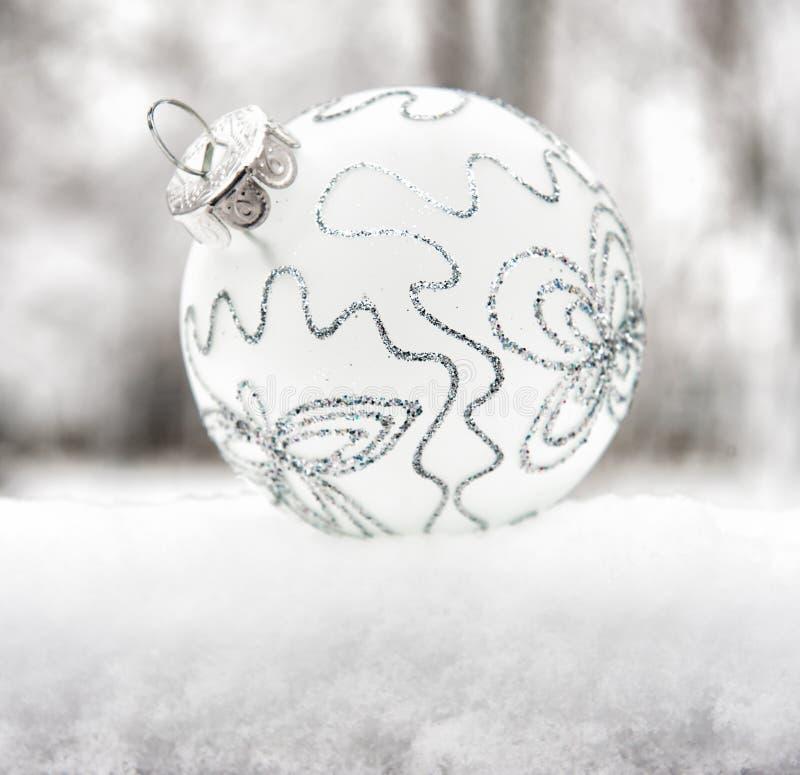 Kerstmisbal op sneeuw stock fotografie