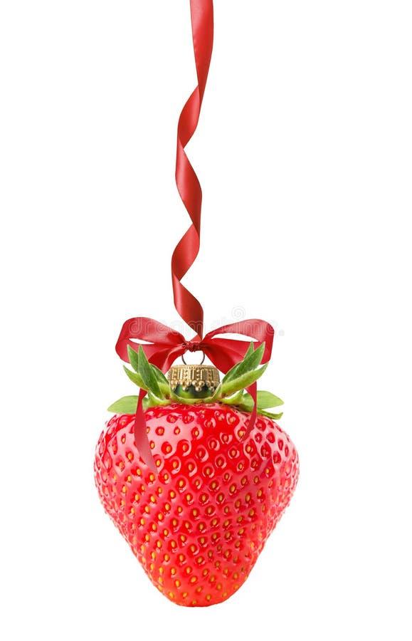 Kerstmisbal in vorm van aardbei op de witte rug wordt geïsoleerd die royalty-vrije stock afbeeldingen
