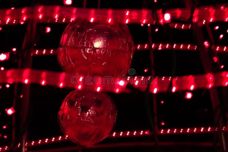 Kerstmisballen in een scharlaken licht royalty-vrije stock foto's