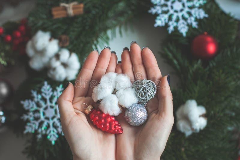 Kerstmisballen en Decoratie op Vrouwelijke Handen stock afbeeldingen
