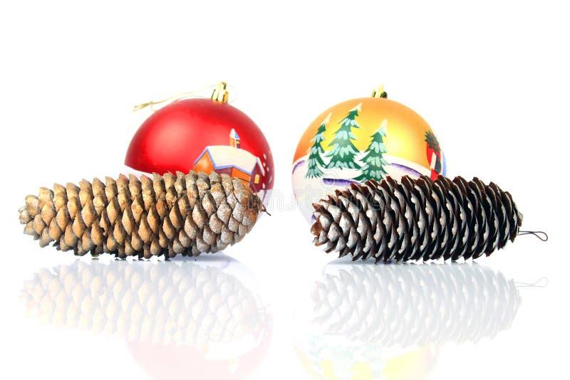 Kerstmisballen en kegel stock afbeelding
