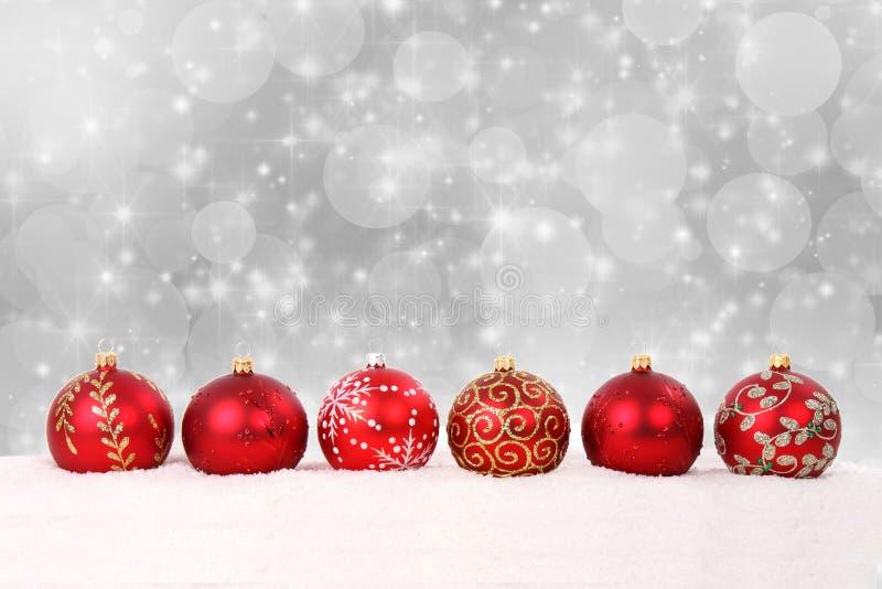 Kerstmisballen en sneeuw op abstracte achtergrond royalty-vrije stock foto
