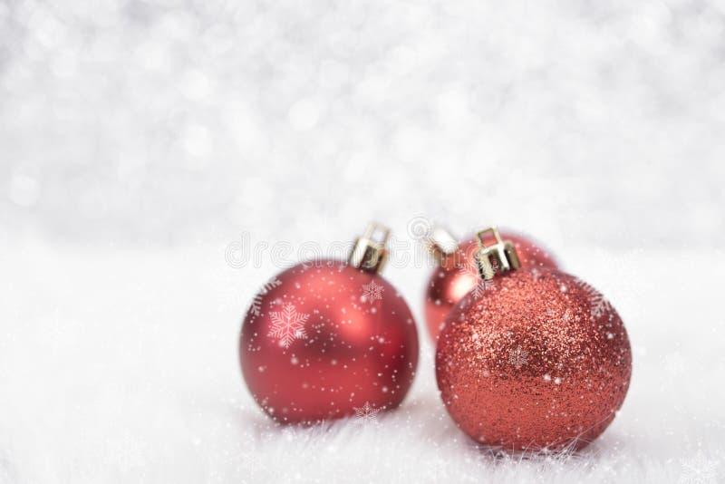 Kerstmisballen en sneeuwvlok op abstract bokehlicht stock foto's