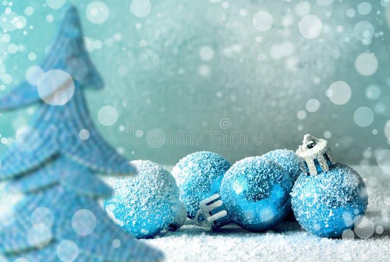 Kerstmisballen en sneeuwvlok op abstracte achtergrond stock foto's