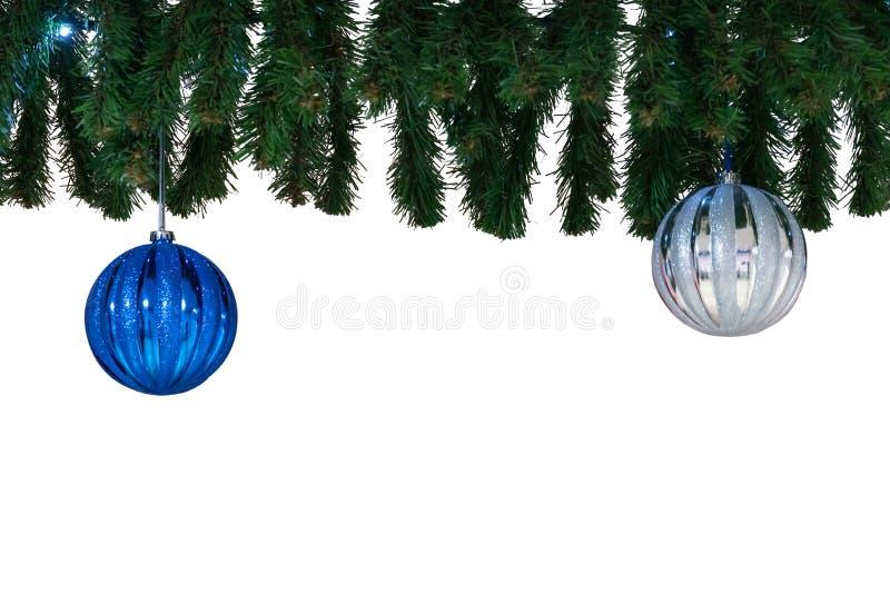 Kerstmisballen en sparrentak stock foto's