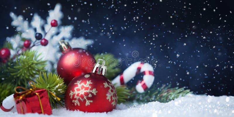 Kerstmisballen met boom en decoratie op sneeuw stock foto