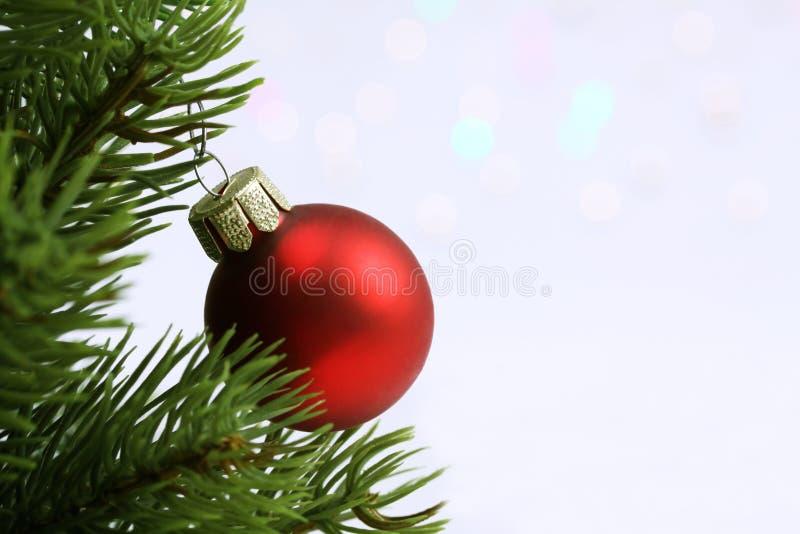 Kerstmisballen op de Kerstboom en lichten op fonkelings lichte achtergrond royalty-vrije stock fotografie