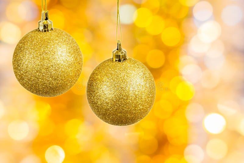 Kerstmisballen op feestelijke abstracte achtergrond royalty-vrije stock foto's