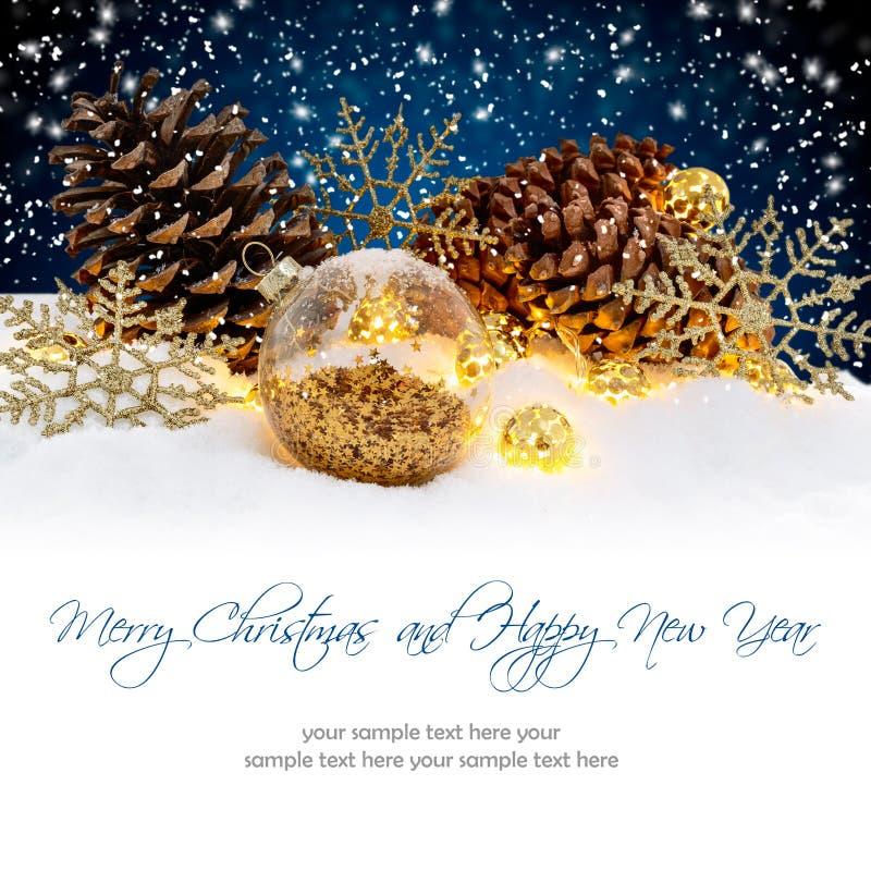 Kerstmisballen op Sneeuwnachtachtergrond Het concept van de de wintervakantie royalty-vrije stock afbeelding