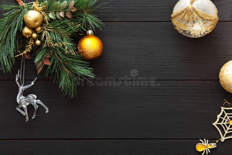 Kerstmisballen op vrolijke Kerstboom, de gelukkige nieuwe decoratie van de jaarkaart op zwarte houten achtergrond, hoogste mening stock afbeelding