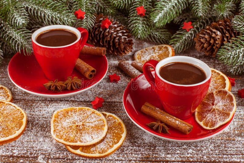 Kerstmisbanner met groene boom, kegels, rode koppen met hete chocolade, sinaasappel en kaneel op witte houten achtergrond Lege ru royalty-vrije stock foto's
