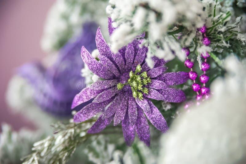 Kerstmisbeeld in roze, purple, dichte omhooggaand van de neonkleur Skandinavische stijl van het verfraaien van de Kerstboom Zulk  royalty-vrije stock afbeelding