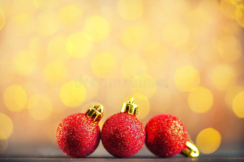 Kerstmisbeeld van rode Kerstmisballen en gele bokeh Het gelukkige concept van Nieuwjaargroeten royalty-vrije stock afbeelding