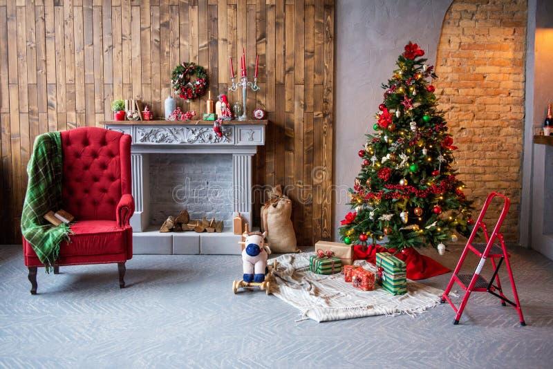 Kerstmisbinnenland een comfortabele leunstoel met een deken, giften, CH stock afbeeldingen
