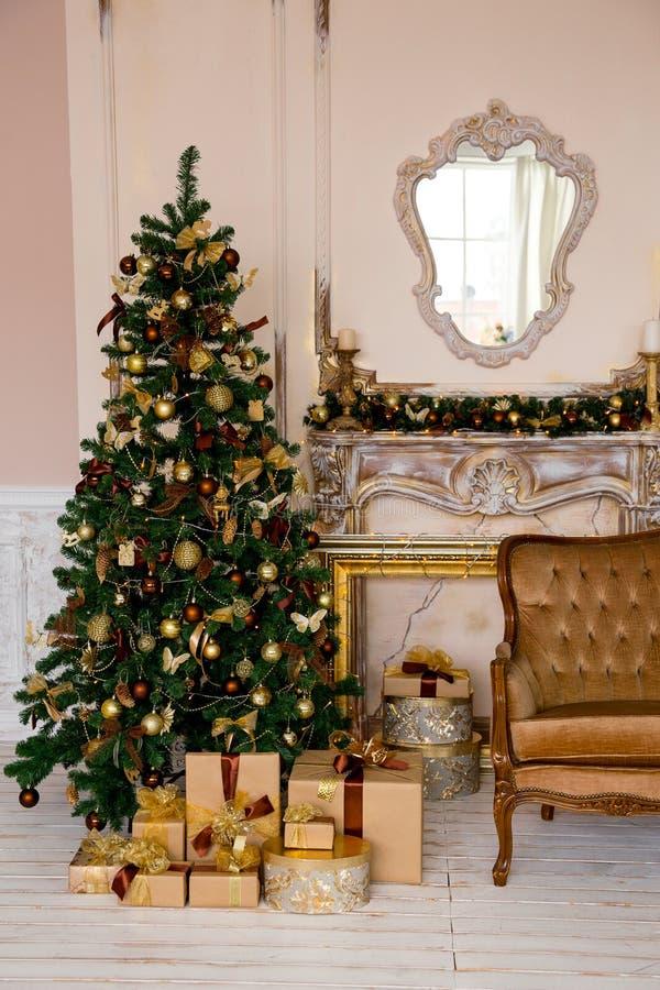 Kerstmisbinnenland in gouden kleur stock afbeelding