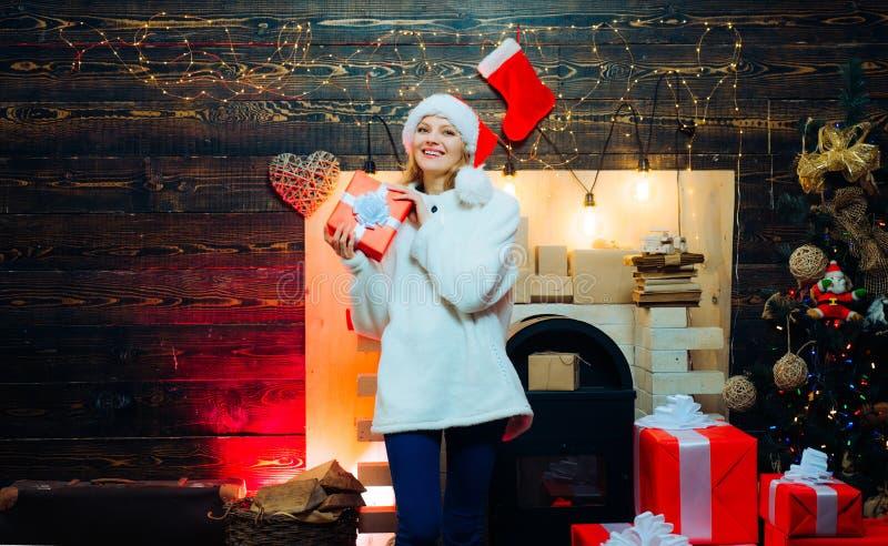 Kerstmisbinnenland Grappig meisje in het kostuum van de Kerstman Manierportret van meisje binnen met Kerstboom Sensueel royalty-vrije stock fotografie