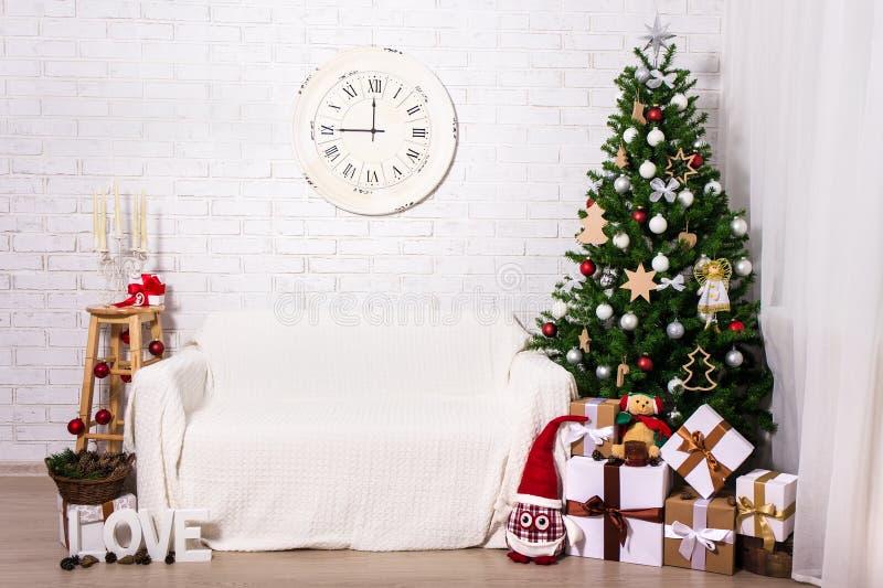 Kerstmisbinnenland - Kerstmisboom, giftdozen en decoratie i royalty-vrije stock foto