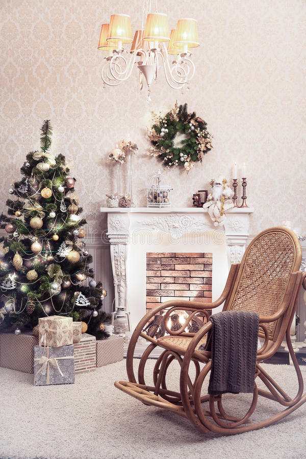 Kerstmisbinnenland van woonkamer Oude schommelstoel bij deco royalty-vrije stock fotografie