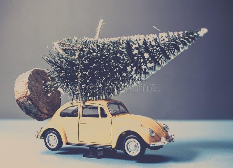 Kerstmisboom op gele stuk speelgoed auto royalty-vrije stock foto's
