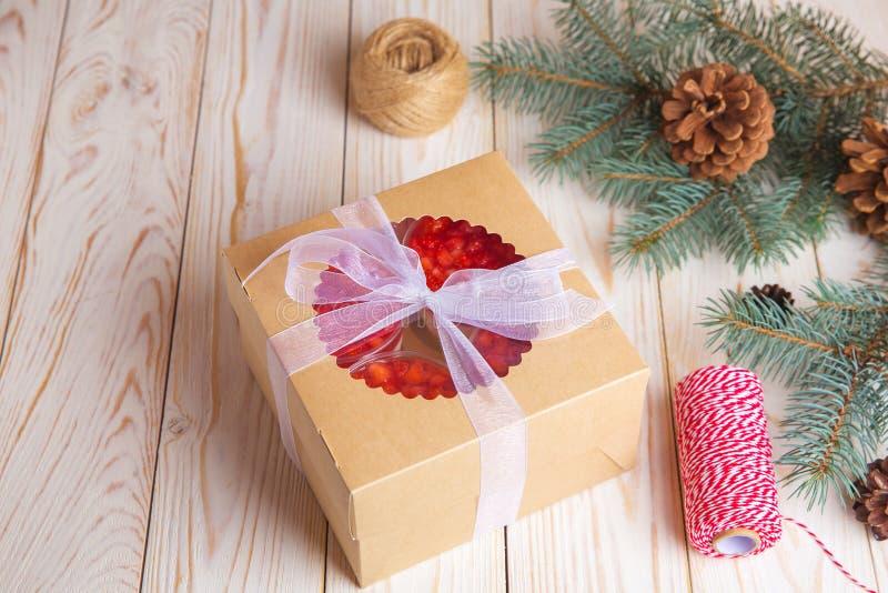 Kerstmiscake en koekjes in de doos van de leveringsverpakking met bessen royalty-vrije stock foto's