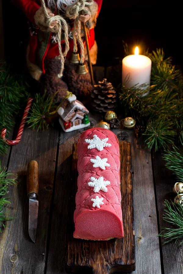 Kerstmiscake met decoratie op houten lijst royalty-vrije stock foto's