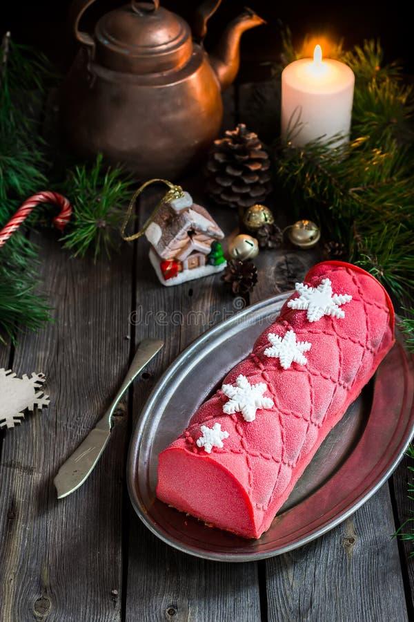 Kerstmiscake met decoratie op houten lijst stock afbeelding