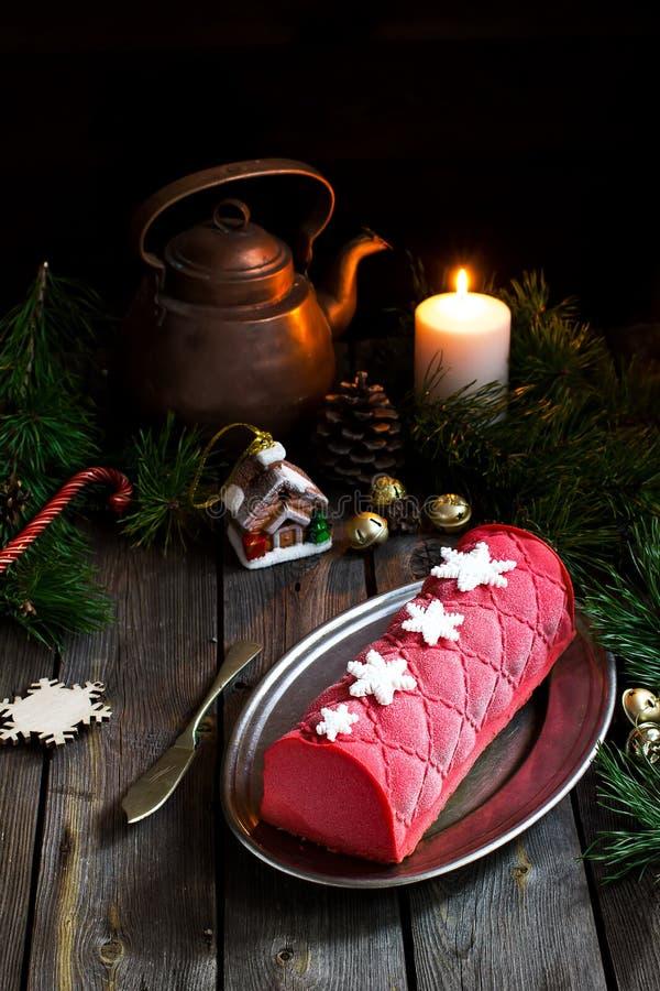 Kerstmiscake met decoratie op houten lijst Selectieve nadruk royalty-vrije stock afbeeldingen