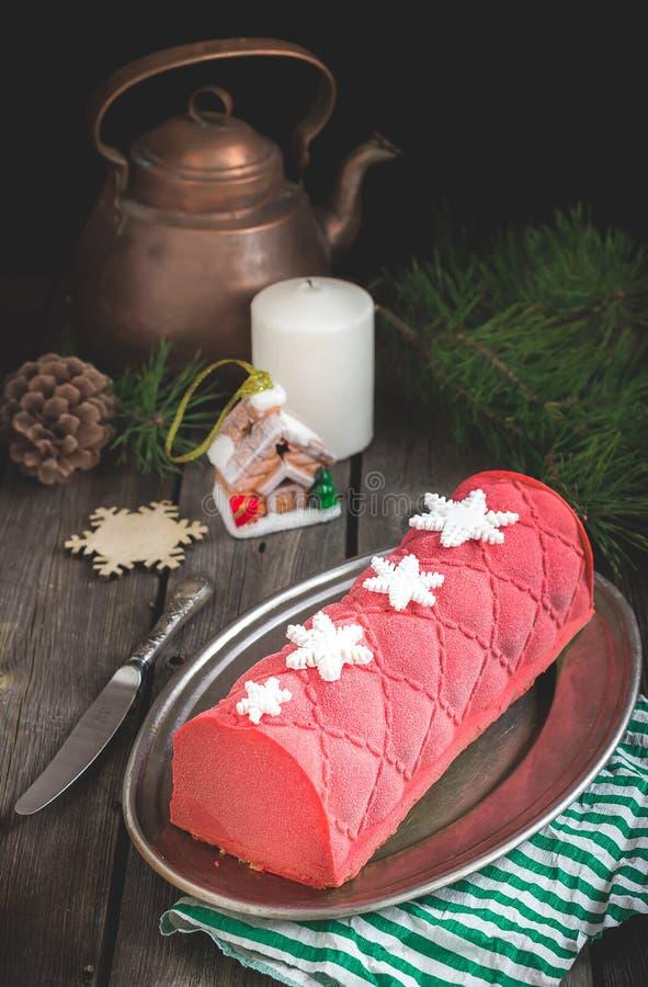Kerstmiscake met decoratie op houten lijst Selectieve nadruk royalty-vrije stock afbeelding