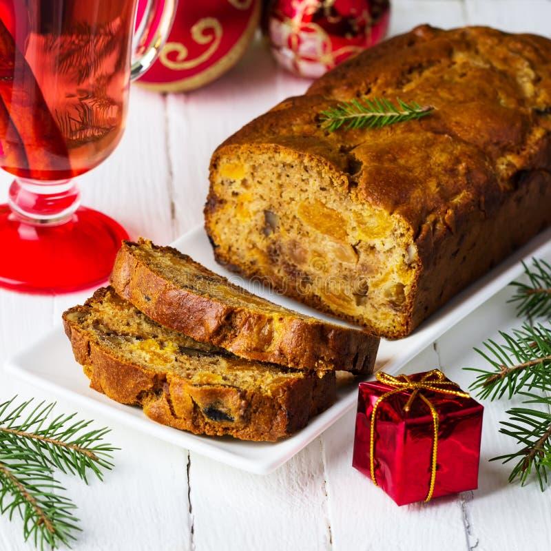 Kerstmiscake met gekonfijte vruchten, noten en droge vruchten stock afbeeldingen