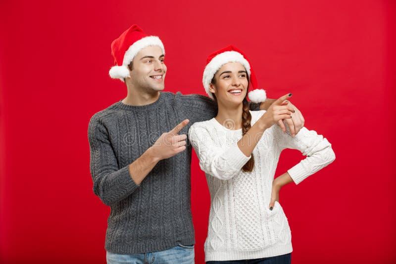 Kerstmisconcept - vinger van het portret de mooie jonge paar aan kant royalty-vrije stock foto's