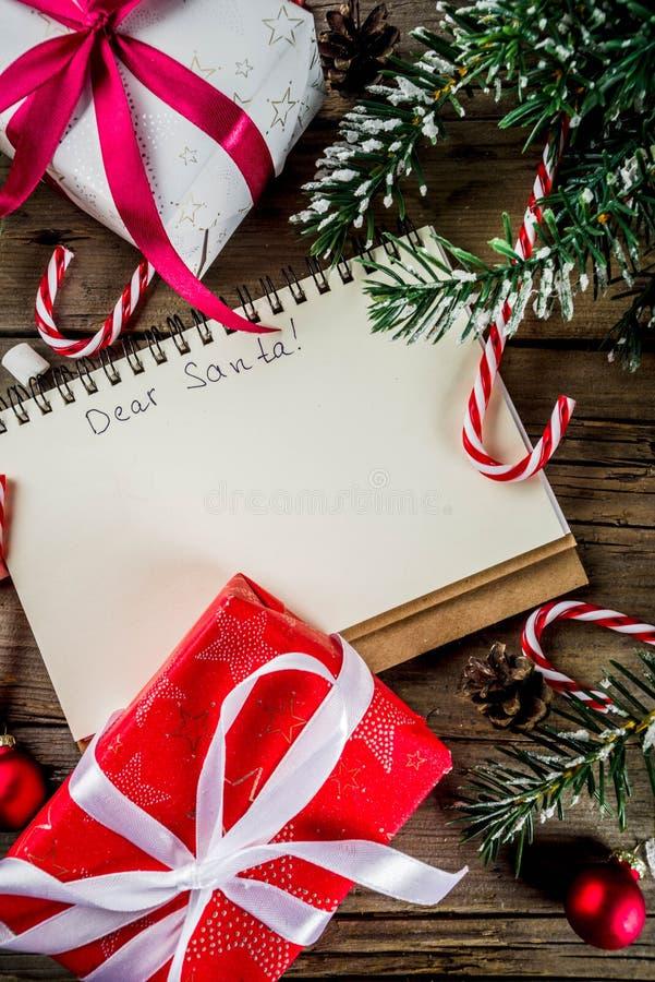 Kerstmisconcept, voorbereiding voor Kerstmisvakantie, blocnote voor wenslijst, santabrief om lijst, met hete hete chocoladekop te royalty-vrije stock foto