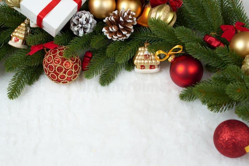 Kerstmisdecoratie als achtergrond, giften, Kerstmisbal, kegel en ander voorwerp op wit leeg ruimtebont, vakantieconcept, plaats v royalty-vrije stock foto's