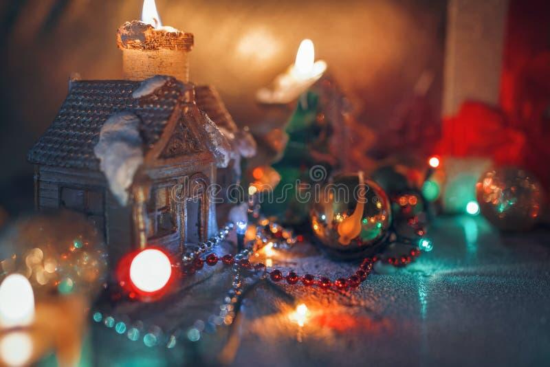 Kerstmisdecoratie, brandende kaarsen, slingers, lichten royalty-vrije stock afbeeldingen