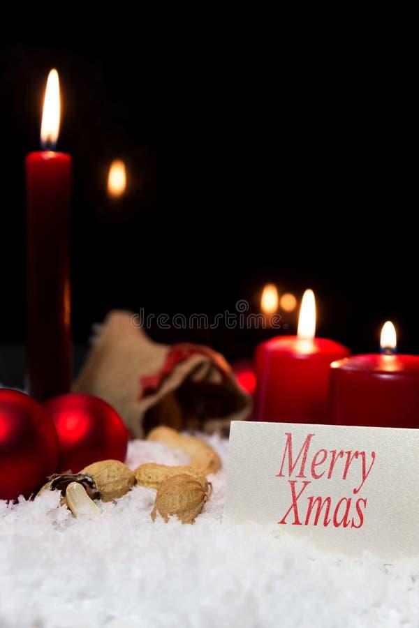 Kerstmisdecoratie in de sneeuw, teken met tekst vrolijke Kerstmis stock afbeelding