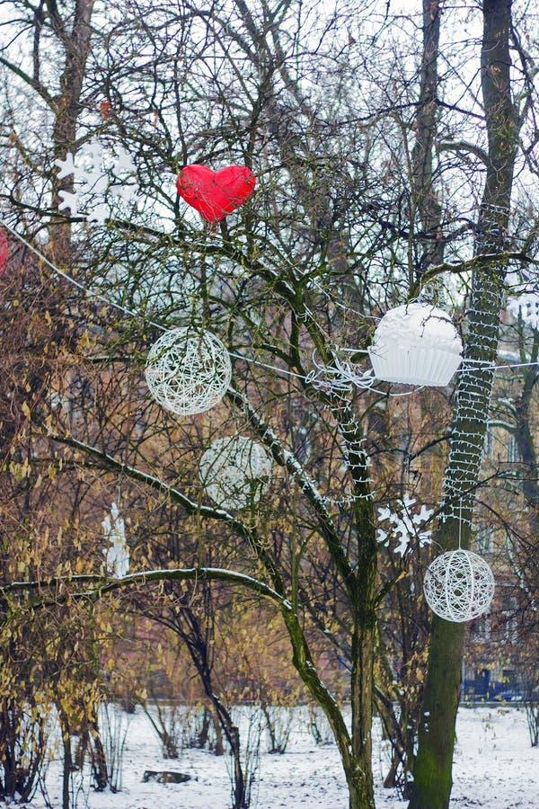 Kerstmisdecoratie die op boom in park hangen royalty-vrije stock afbeelding