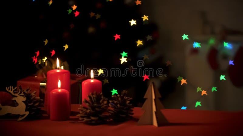 Kerstmisdecoratie die zich dichtbij fonkelende boom, voorbereidingen voor vakantie bevinden royalty-vrije stock afbeelding