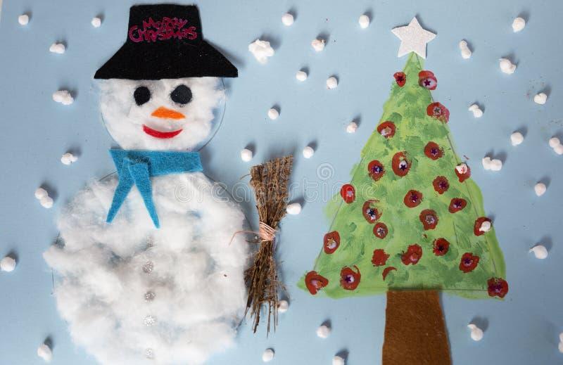 Kerstmisdecoratie door een 10 éénjarigenmeisje dat wordt gemaakt stock foto