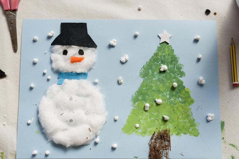 Kerstmisdecoratie door een 10 éénjarigenmeisje dat wordt gemaakt royalty-vrije stock fotografie