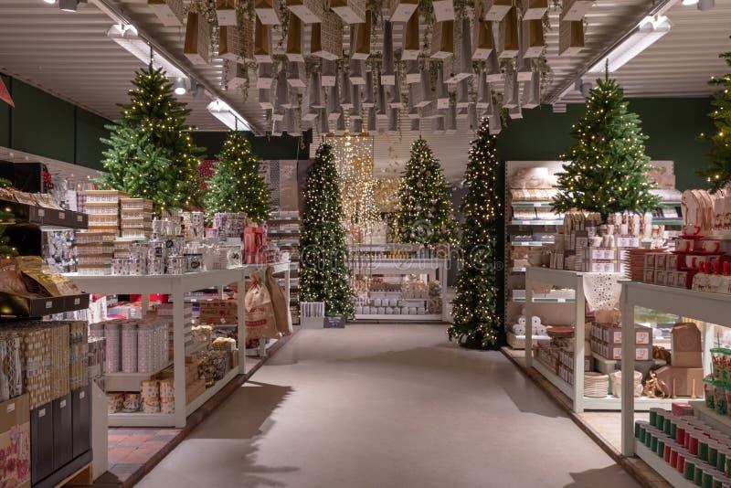 Kerstmisdecoratie in een winkel stock afbeeldingen