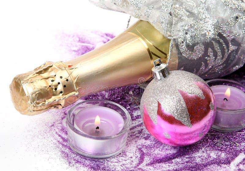 Kerstmisdecoratie en een fles stock fotografie