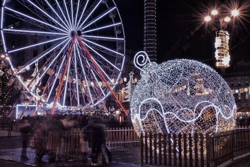 Kerstmisdecoratie en een groot wiel in George Square, Glasgow, royalty-vrije stock fotografie