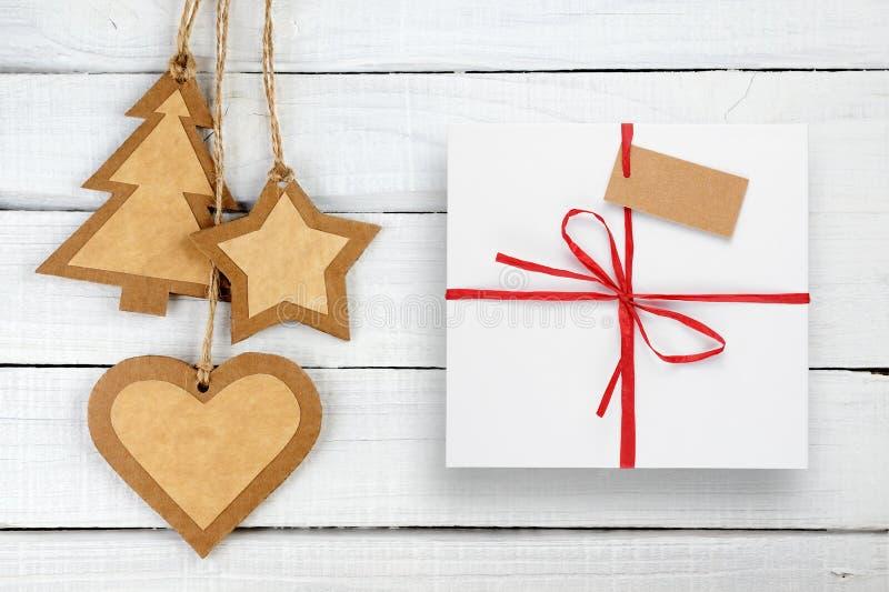 Kerstmisdecoratie en giftdoos met markering op wit hout stock foto's