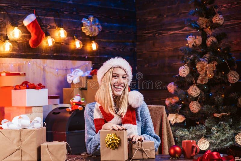 Kerstmisdecoratie en giftdoos op houten achtergrond Sensueel meisje voor Kerstmis Huisvakantie Hulst heel swag stock afbeelding