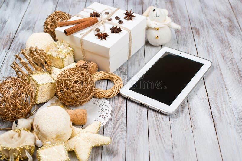 Kerstmisdecoratie en giftdoos over houten achtergrond Het concept van de de wintervakantie 2017 op de tablet Ruimte voor tekst stock foto's