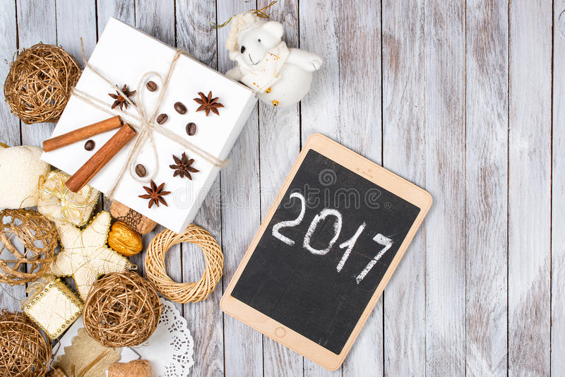 Kerstmisdecoratie en giftdoos over houten achtergrond Het concept van de de wintervakantie 2017 op de tablet Ruimte voor tekst stock foto