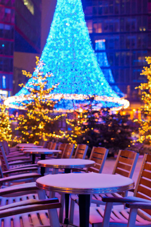 Kerstmisdecoratie en sneeuw in Berlijn stock afbeelding