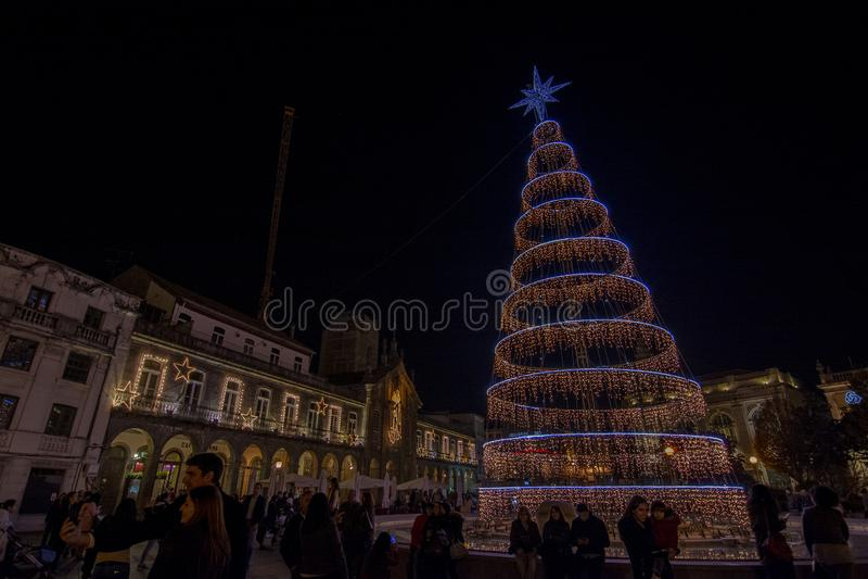 Kerstmisdecoratie in het vierkant van de stad Braga, Portugal stock foto's